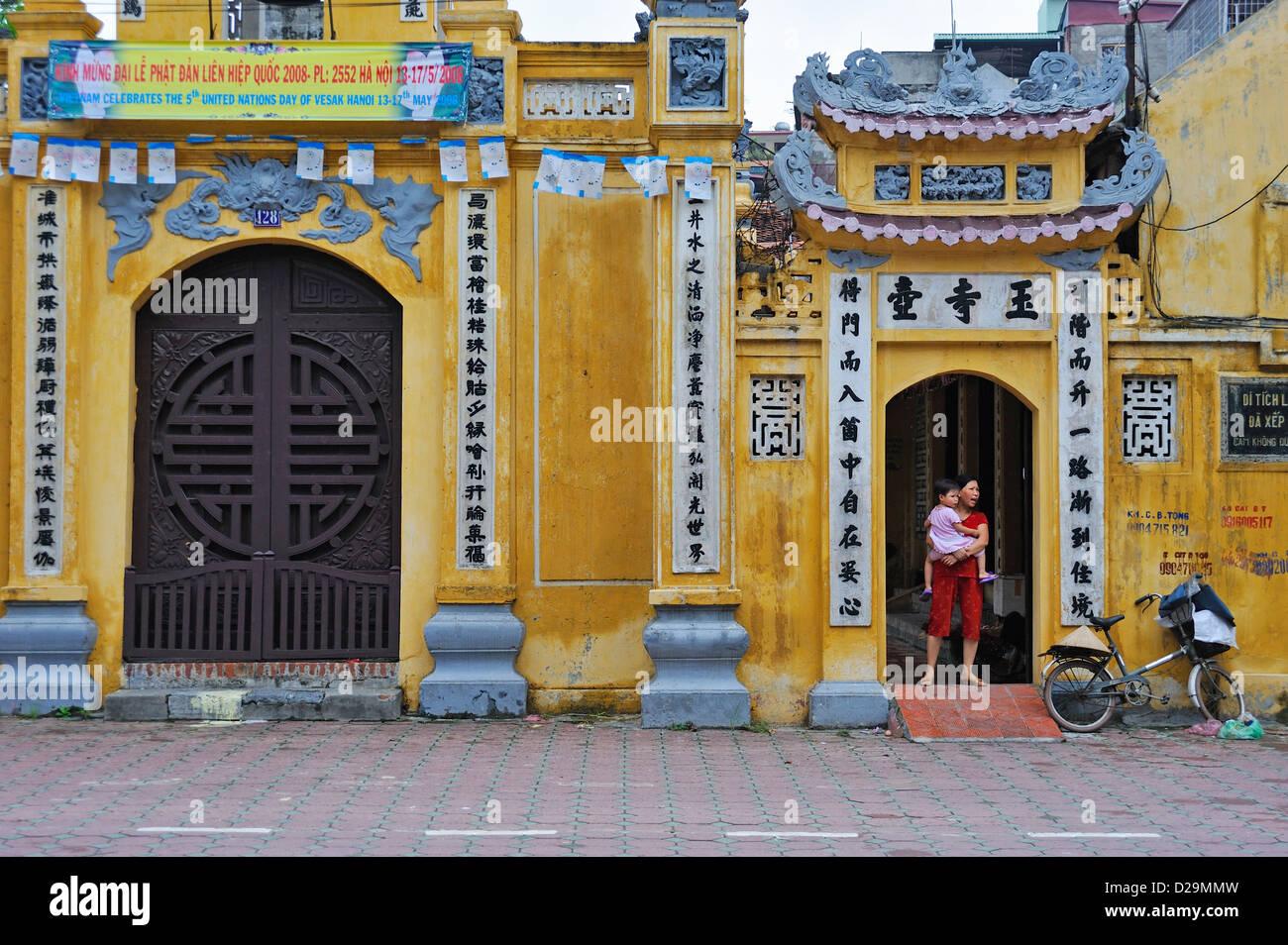 Reich verzierte Gebäude im Stadtzentrum von Hanoi, Vietnam Stockbild