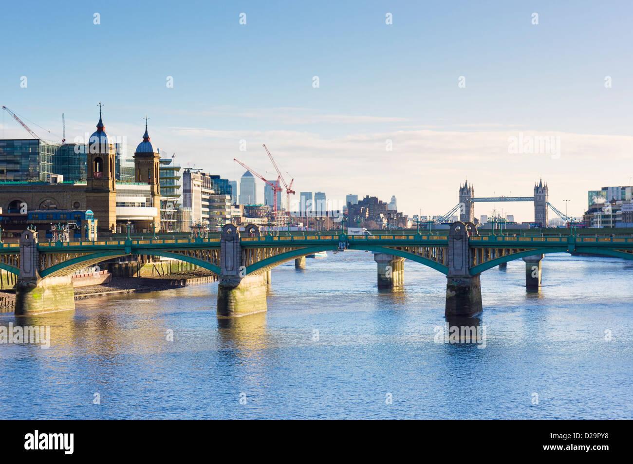 Southwark Bridge über die Themse, London, England, UK - mit Tower Bridge im Hintergrund Stockbild