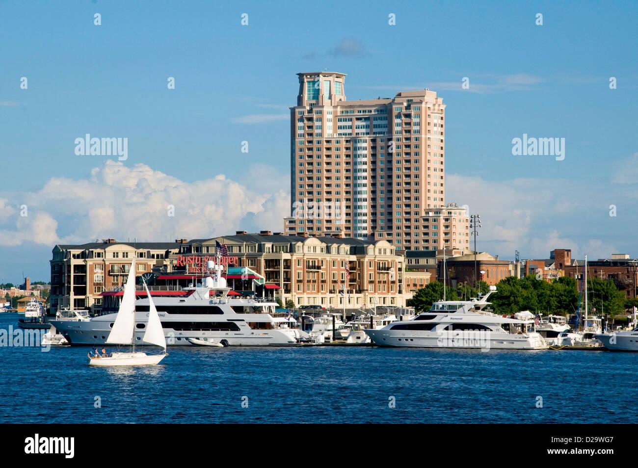 Hafen von Baltimore, hohe Aufstieg Gebäude, Maryland. Segelboote Stockbild
