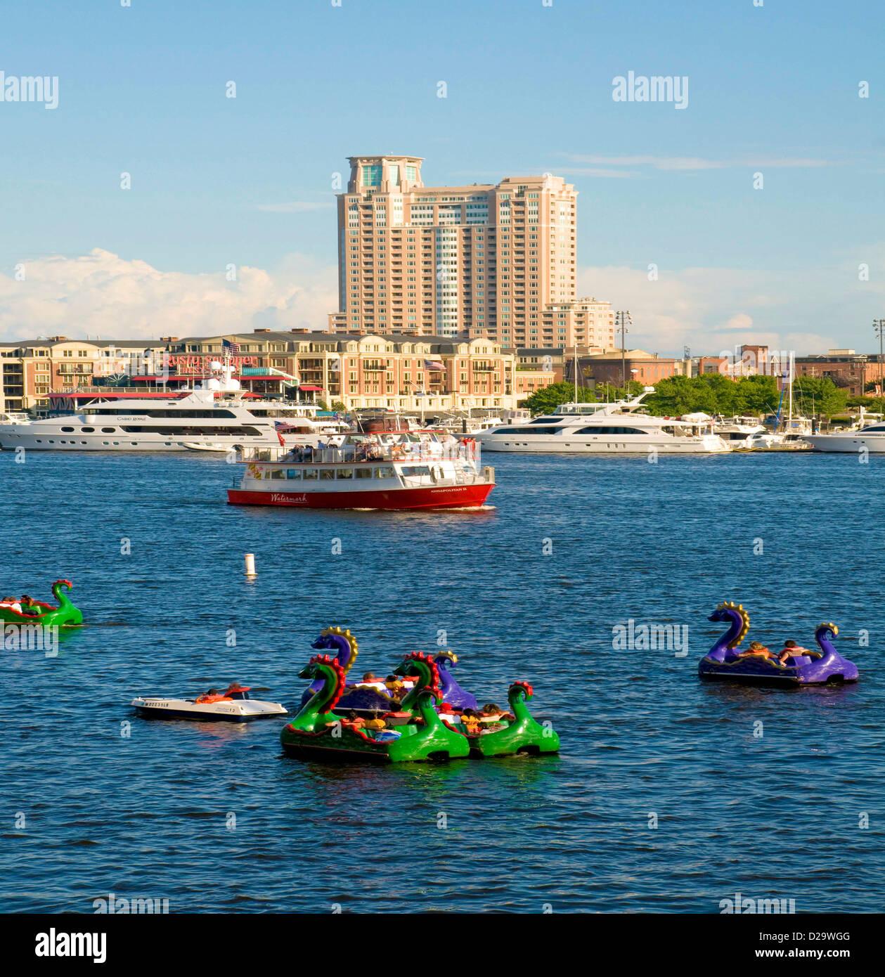 Baltimore Harbor, hohe Aufstieg Gebäude, Maryland, Paddel Boote, Wassertaxis, Yachten Stockbild