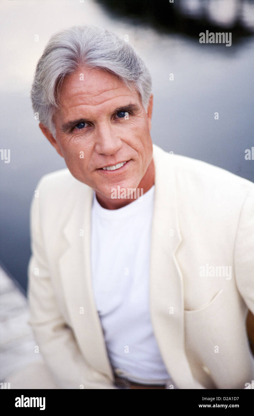 Porträt des mittleren Alter Mann zu Hause in Business-Anzug Stockbild