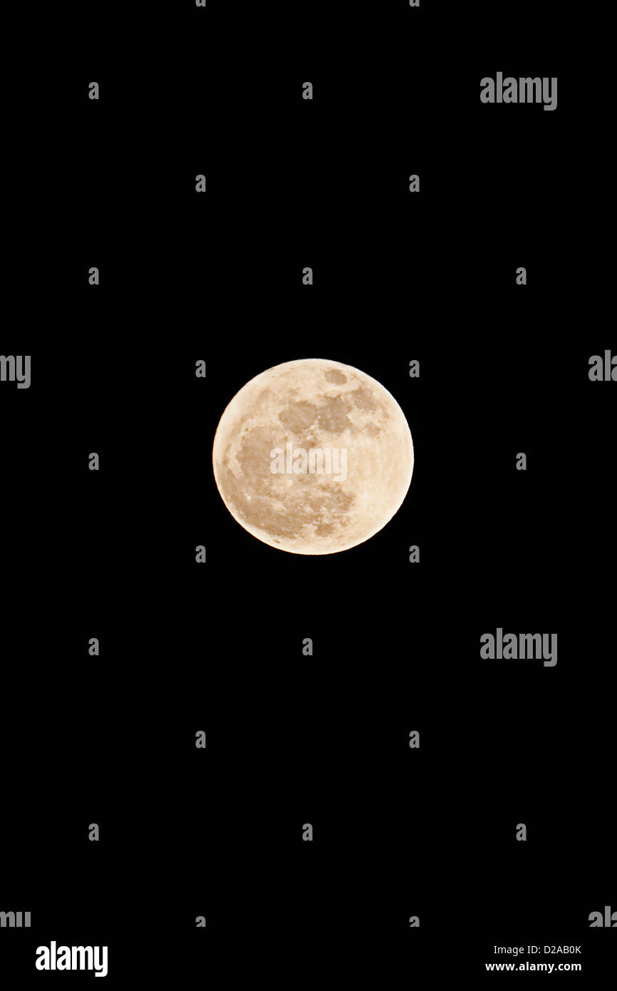 Mond leuchtet am Nachthimmel Stockbild