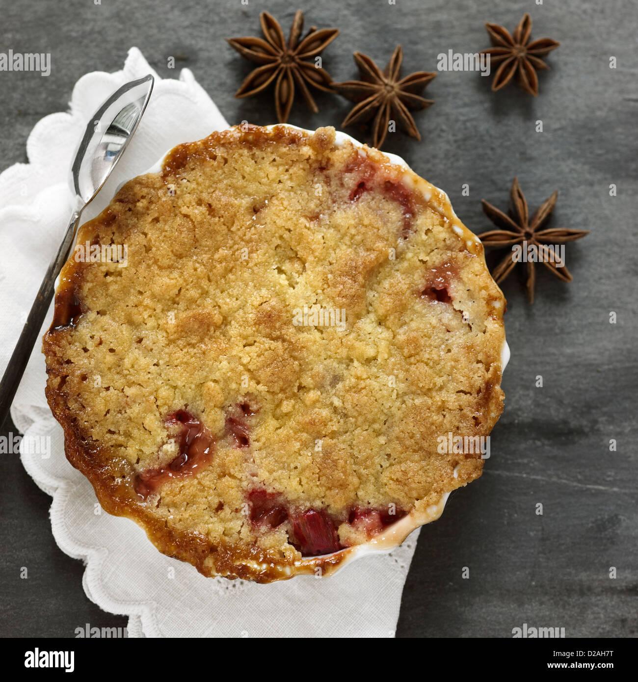 Teller mit Obst-Torte mit Sternanis Stockbild