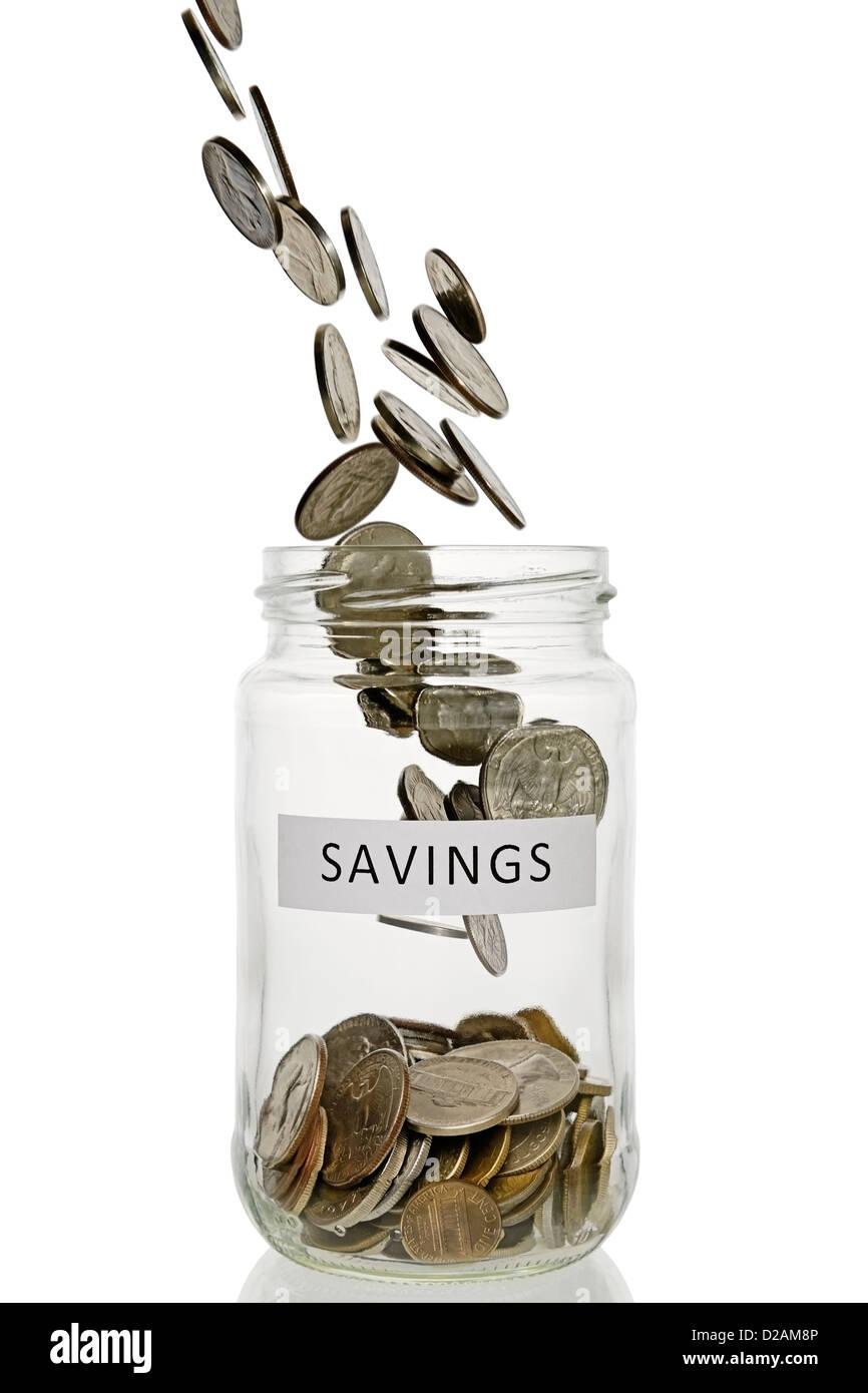 Einsparungen-Glas mit Münzen Gießen in It, US-Währung. Stockbild