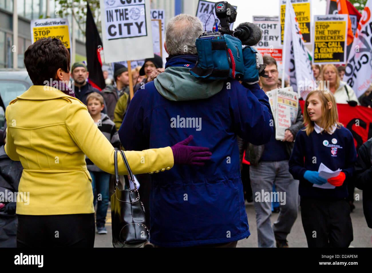 TV News Medien. Journalist und video Kameramann bei einer Demonstration und März, Nottingham, England, Großbritannien Stockfoto