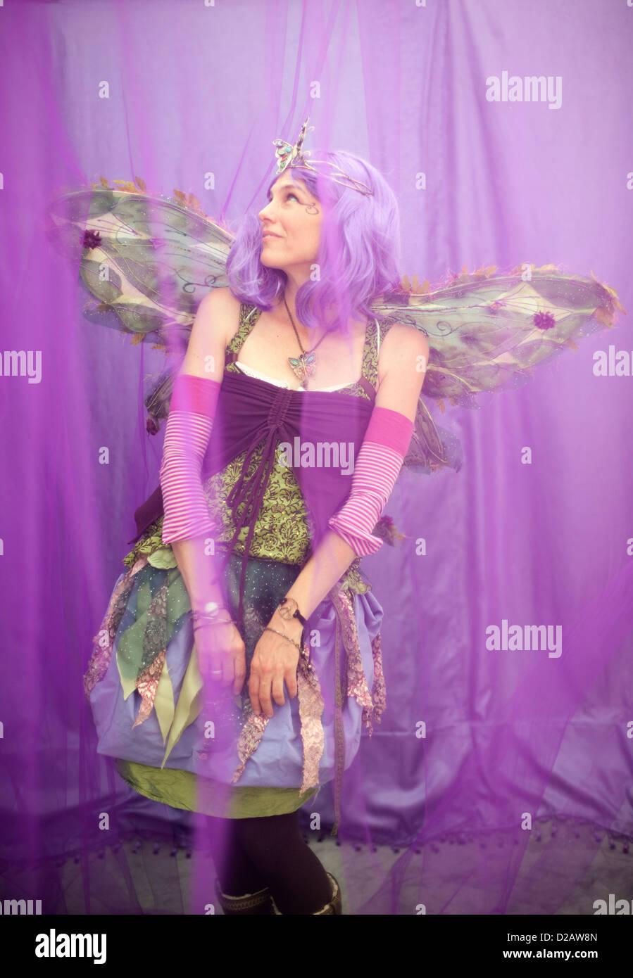 Weibliche Fee in ihrem lila Traum. Stockbild