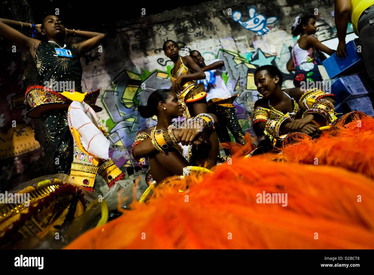 Samba-Schule-Tänzer bereiten ihre Kostüme vor dem Betreten des Karnevalsumzug am Sambadrome in Rio De Janeiro, Brasilien. Stockfoto