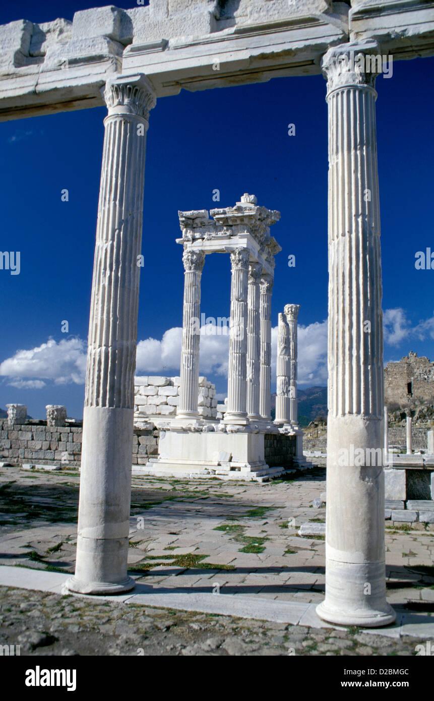 Türkei, Pergamon/Bergama. Tempel des Trajan (abgeschlossene Ad 129) Stockbild