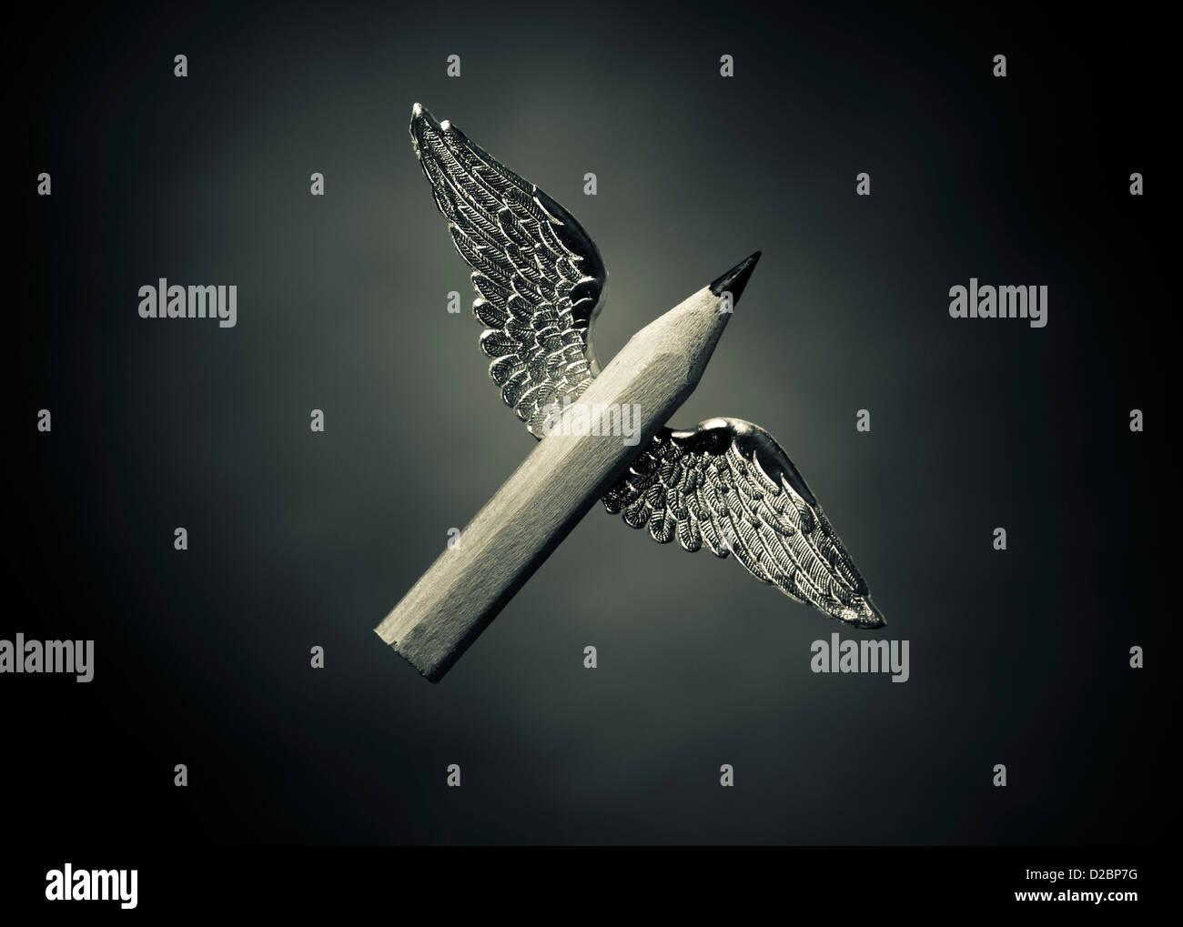 Geflügelte Worte - Konzept des kreativen Schreibens. Ein kurzer Stift mit Flügeln. Stockbild