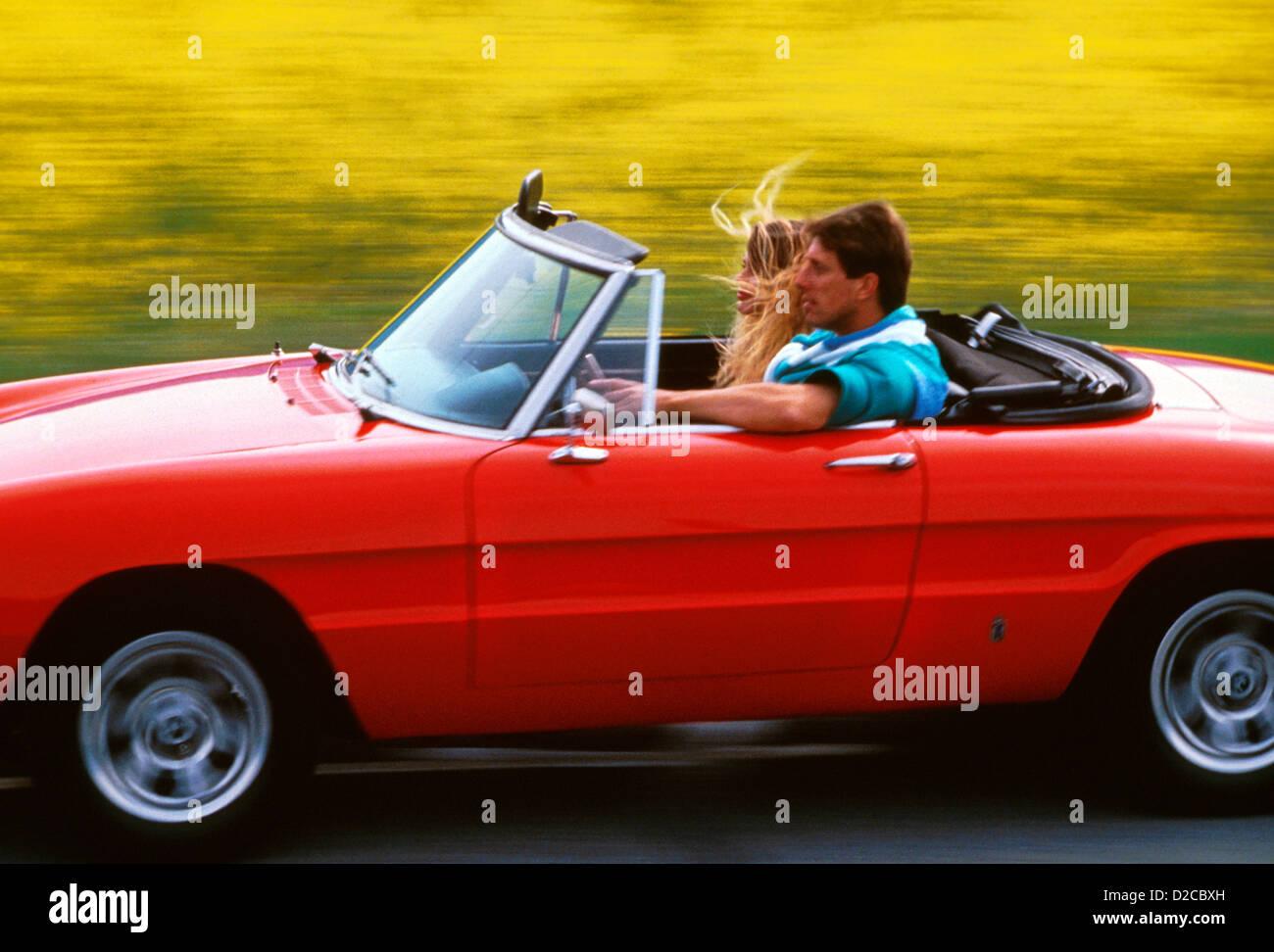 Paar Alfa Romeo Cabrio fahren. Stockbild