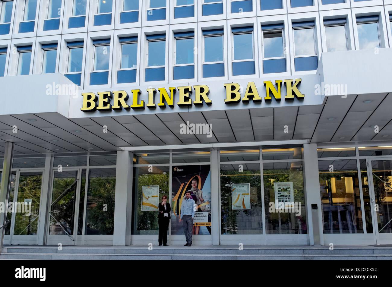 Zwei Personen stehen Rauchen außerhalb der Berliner Bank, Berlin Stockfoto