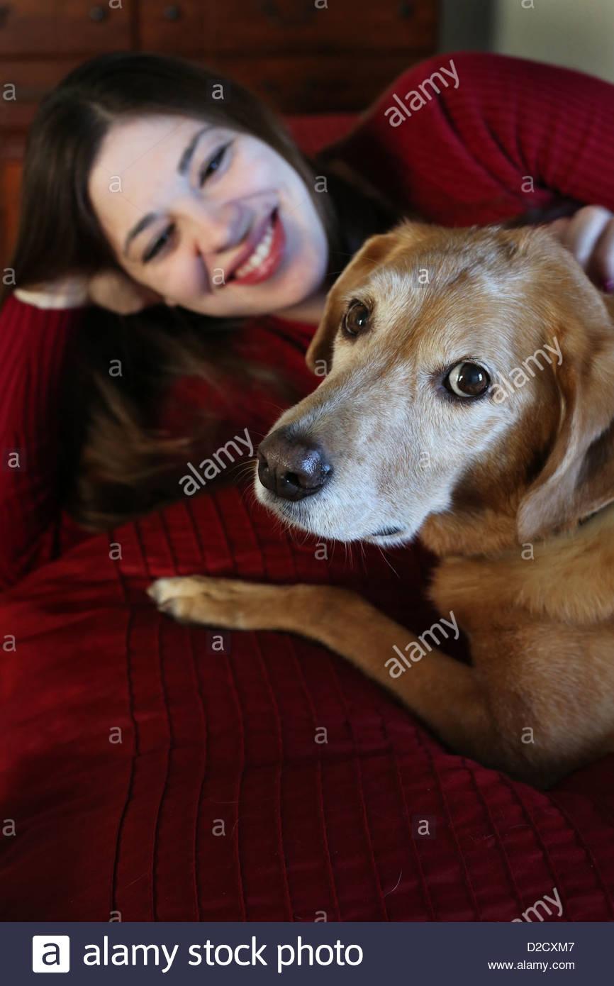 Eine Frau, ein alter Hund liebevoll betrachten. Stockfoto