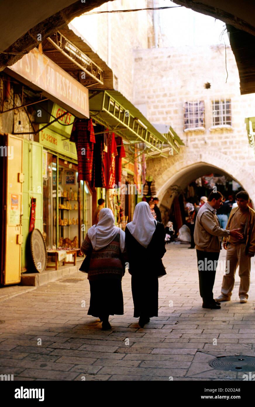 Israel, Jerusalem. In der Altstadt; Frauen tragen Schals Stockbild