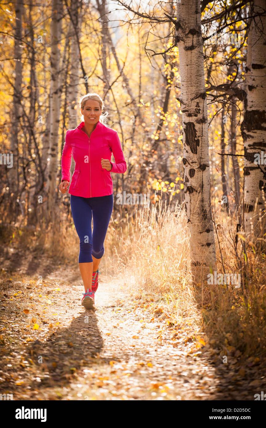 Frau, jogging auf Feldweg Stockbild