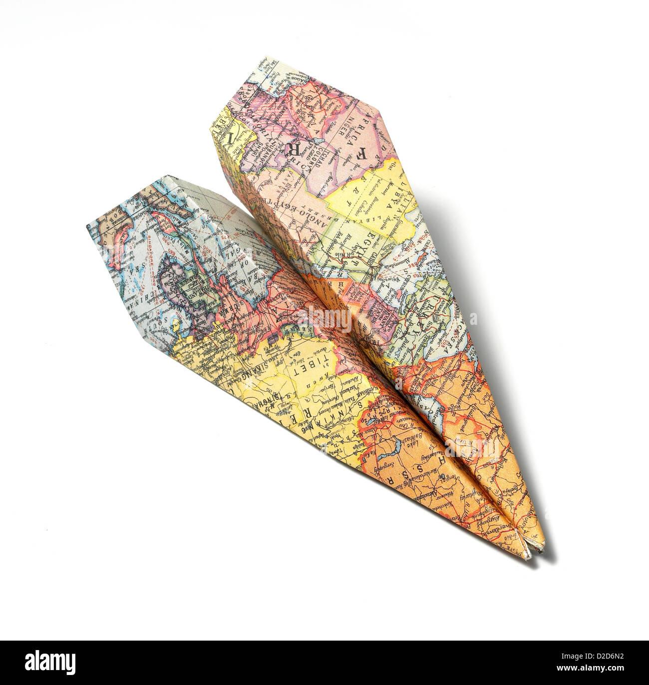 Karte als einen weißen Hintergrund ausschneiden Papierflieger gefaltet Stockbild
