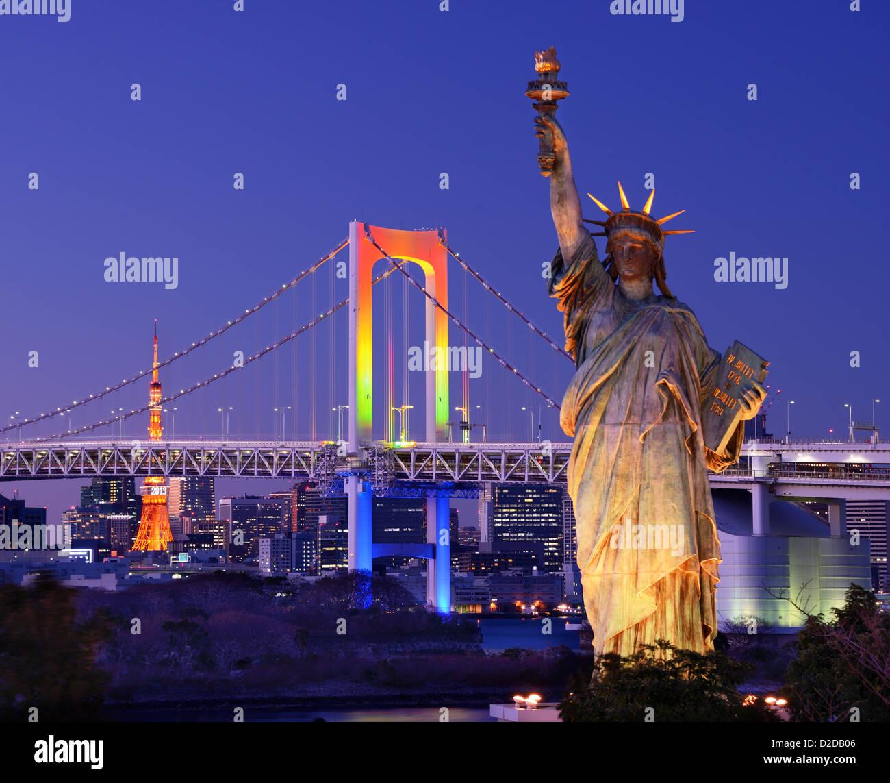 Freiheitsstatue, Regenbogenbrücke, und Tokyo Tower von Odaiba in Tokio gesehen. Stockbild