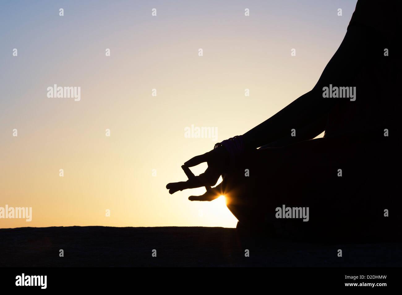 Sonnenuntergang Silhouette eines indischen Mädchen meditieren. Andhra Pradesh, Indien Stockbild
