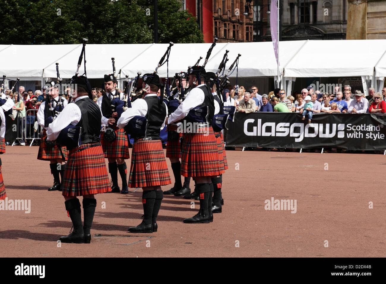 Mitglieder der Strathclyde Police Pipe Band erklingt in der Piping Live Event in George Square, Glasgow, Schottland, Stockbild