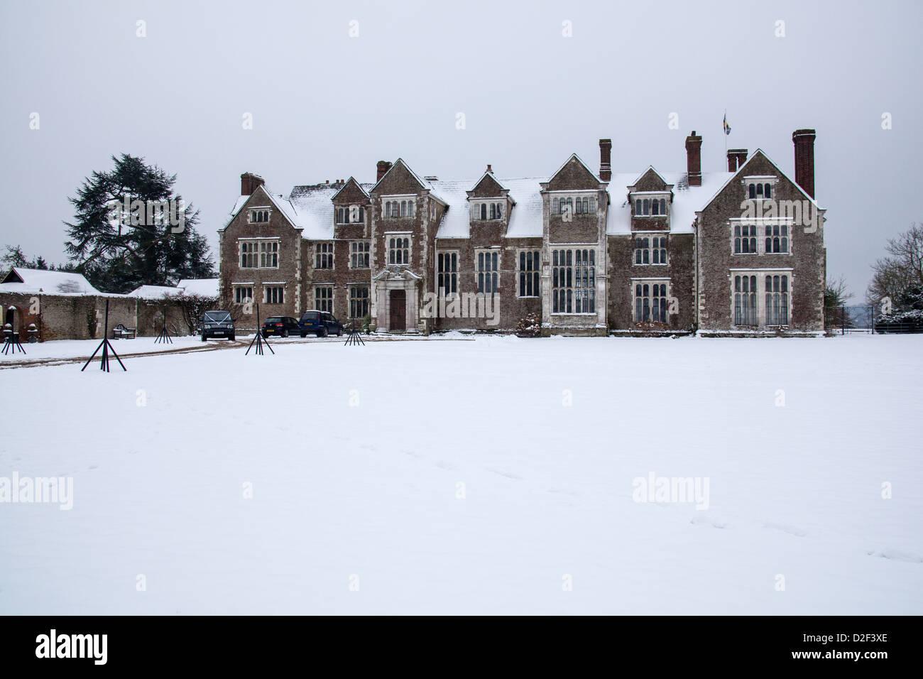 Loseley House im Schnee, Compton, Guildford, Surrey, England, Vereinigtes Königreich Stockbild