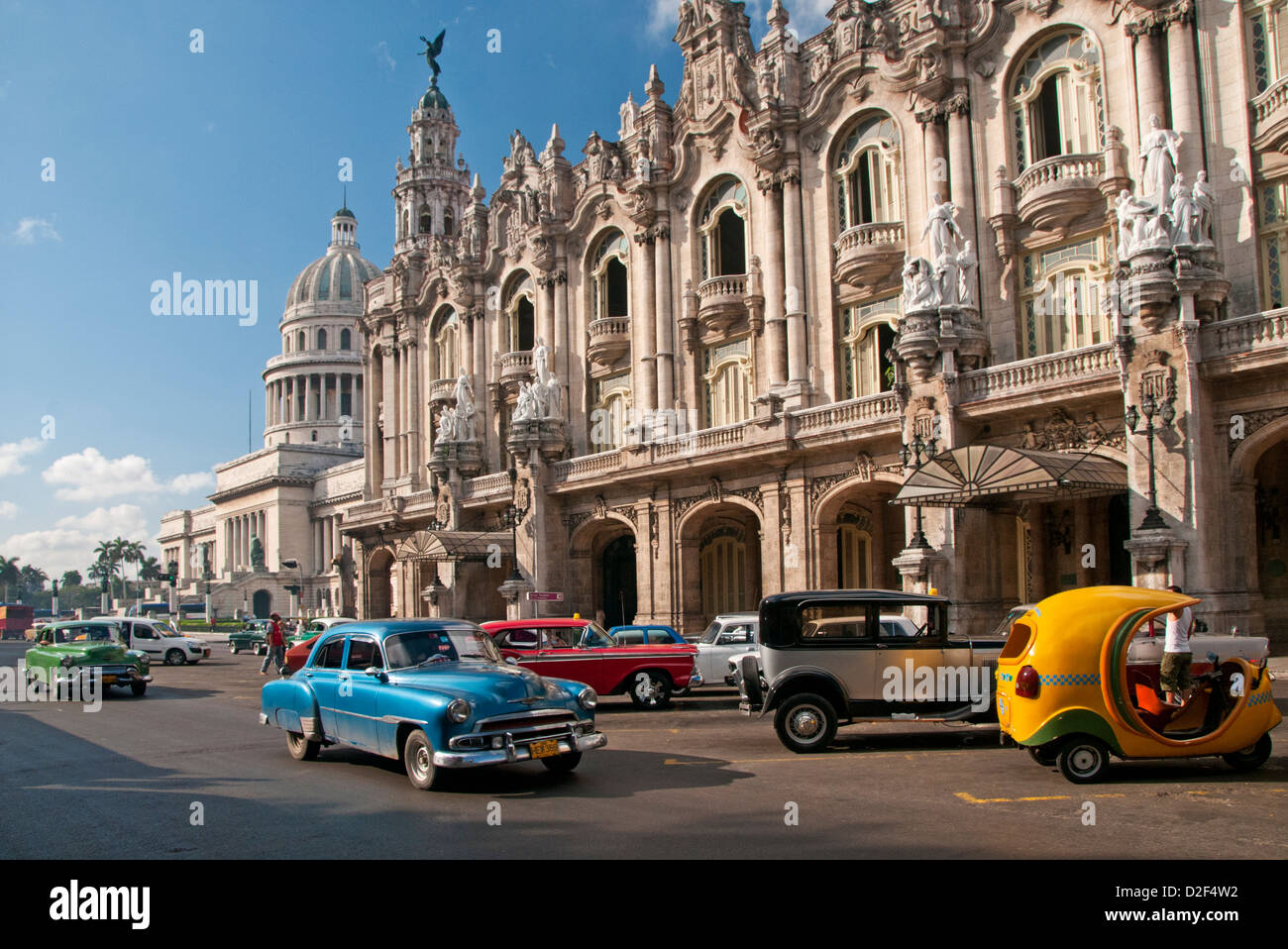 Klassische 50er Jahre amerikanische Autos Passing The Capitolio Gebäude & Gran Teatro De La Habana, Paseo Stockbild