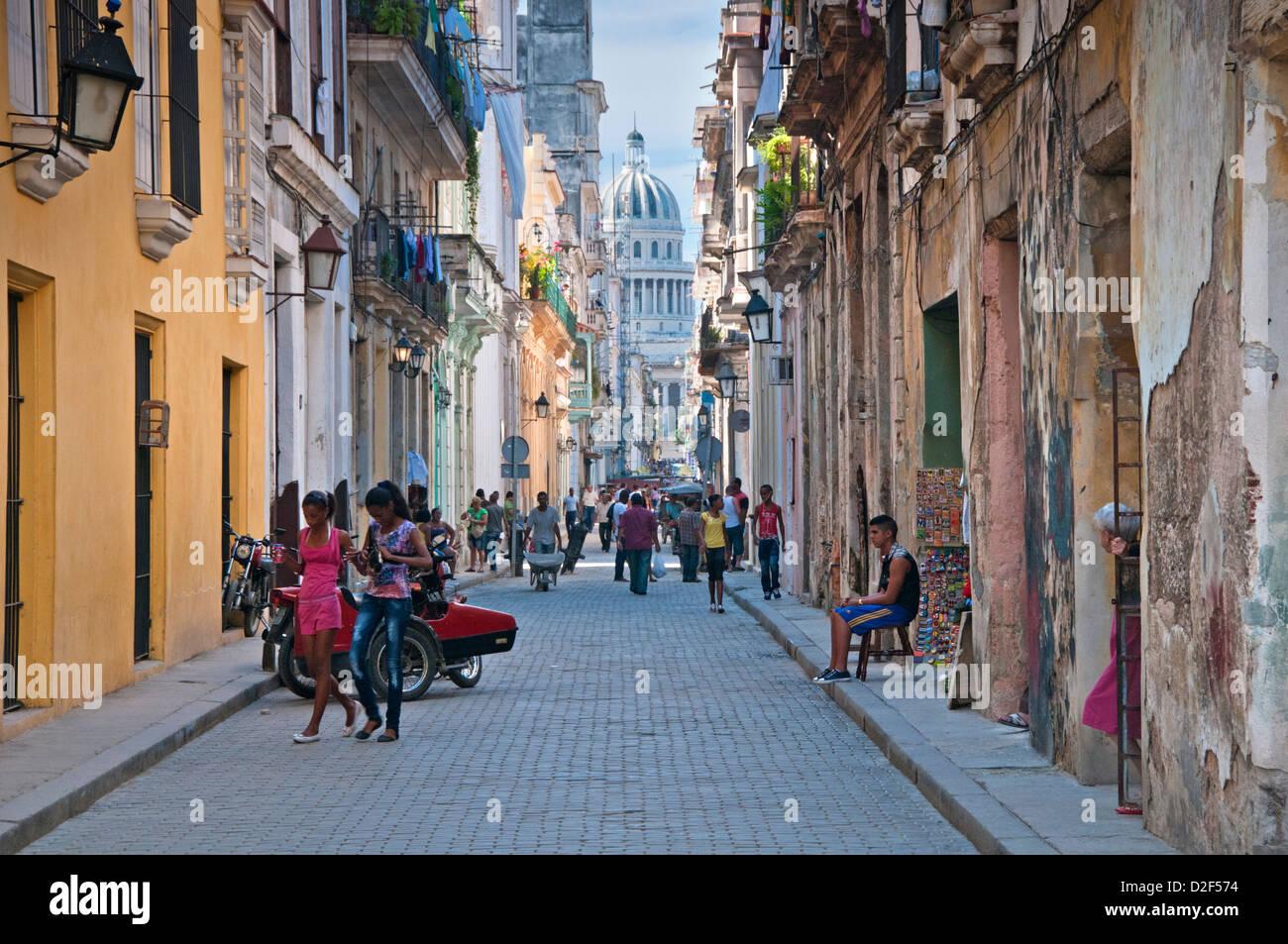 Straßenszene in Alt-Havanna Calle Brasilien mit Capitolio Gebäude hinter Habana Vieja, Havanna, Kuba Stockbild