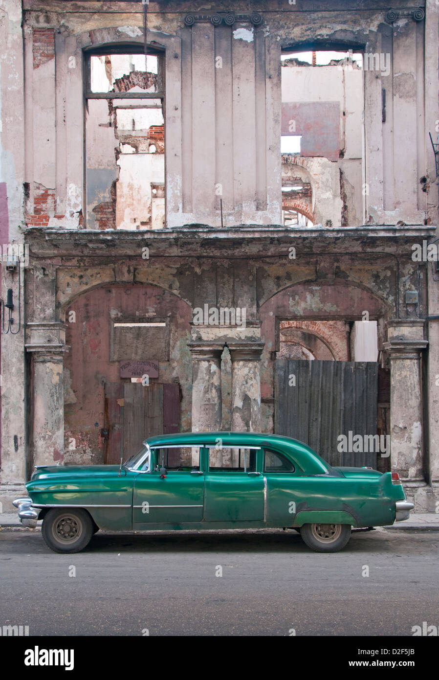 Alte amerikanische 1950er Jahre Oldtimer vor Dilapidated Gebäude, Paseo del Prado, Centro Habana, Havana, Kuba Stockbild