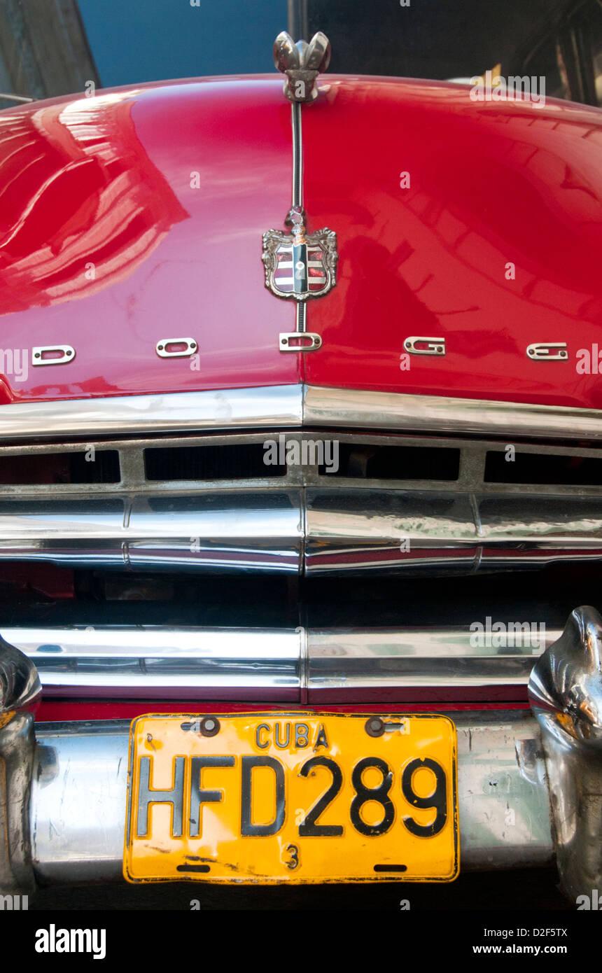 Kennzeichen- und Motorhaube des klassischen amerikanischen 1950er Dodge Auto, Havanna, Kuba Stockbild