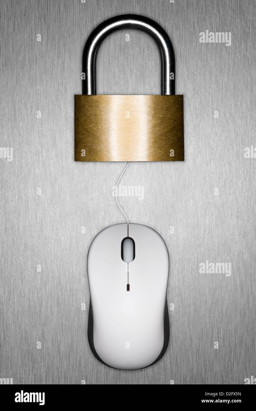 Geschlossenes Vorhängeschloss und Computer Maus - Internet Security/Computer/online cyber crime/Cyber Security Stockbild
