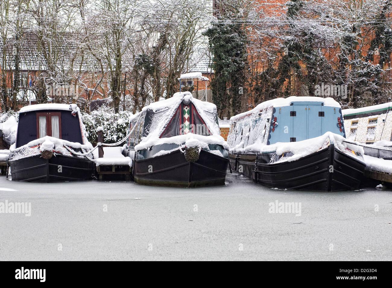 Narrowboats festgemacht an der Oxford Canal in Banbury im Winter, Oxfordshire. Stockbild