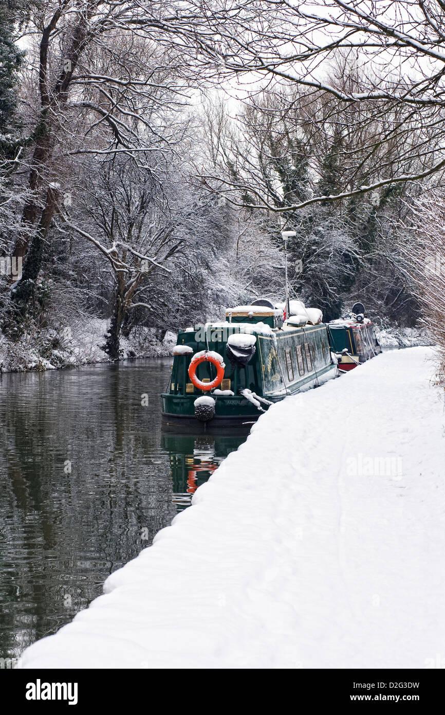 Narrowboats am Oxford-Kanal bei Banbury im Winter, Oxfordshire. Stockbild