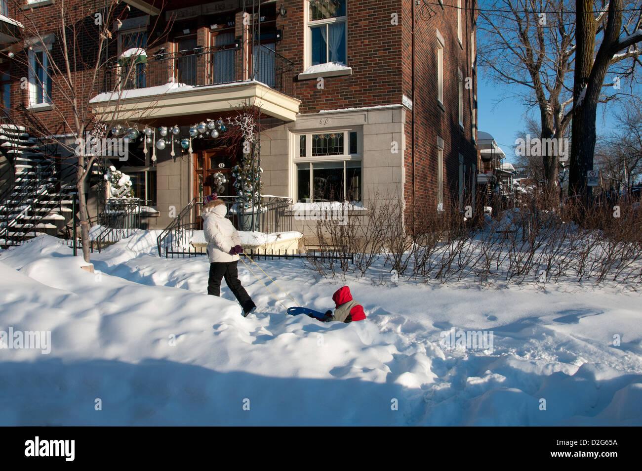Mutter und Kind im Bereich Villeray Montreal den Winter geniessen Stockfoto