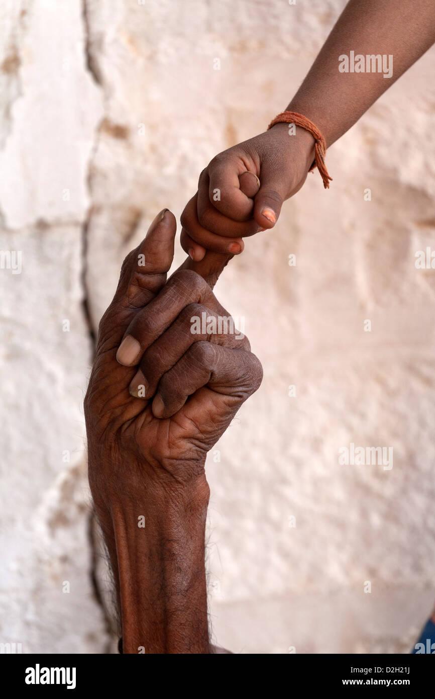Indien, Rajasthan, Jodhpur, sehr alter Mann handgehaltene jungen Mädchens hand Stockbild