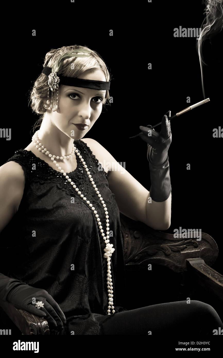 zwanziger jahre dame raucht eine zigarette mit einer zigarettenspitze stockfoto bild 53236720. Black Bedroom Furniture Sets. Home Design Ideas
