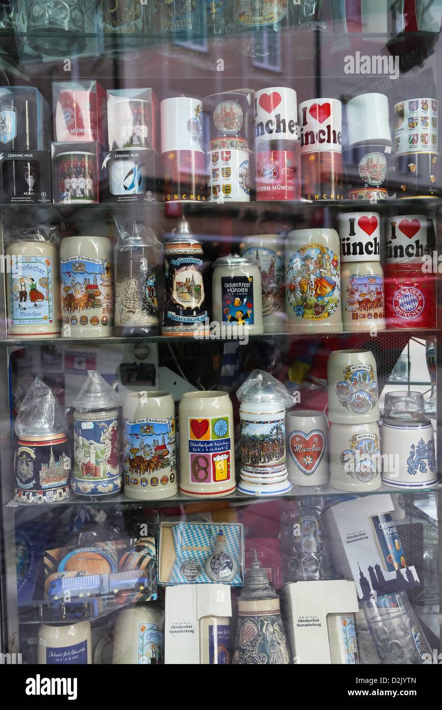 Souvenir-Bierkrüge und Becher, München, Bayern, Deutschland, Europa Stockbild