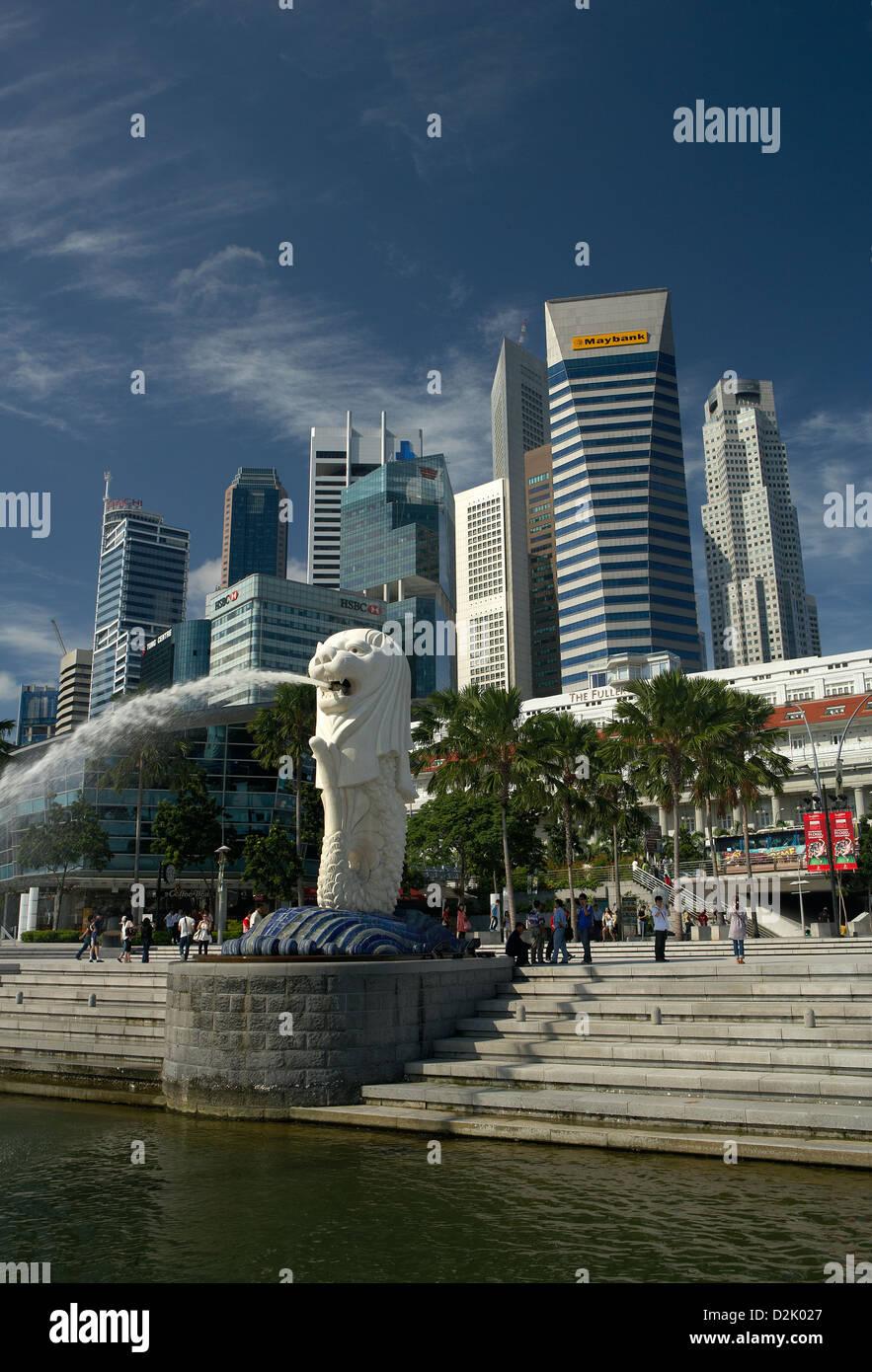Singapur, Republik Singapur, Merlionfigur vorne auf die Skyline des Finanzzentrums Stockbild