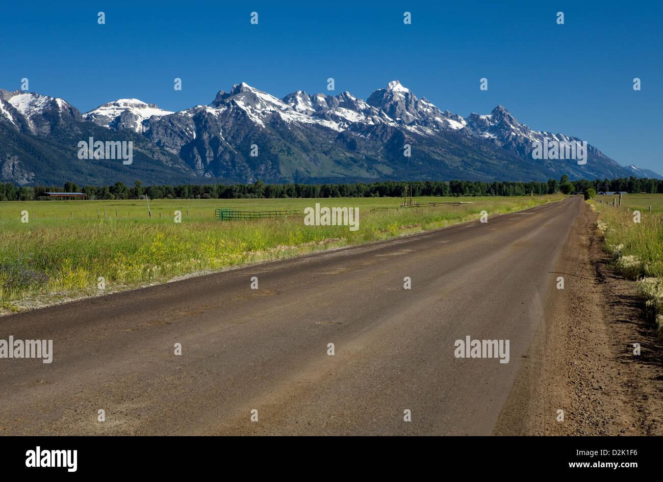WY00232-00... WYOMING - Spring Gulch Road in Jackson mit der Teton-Bergkette im Hintergrund. Stockbild