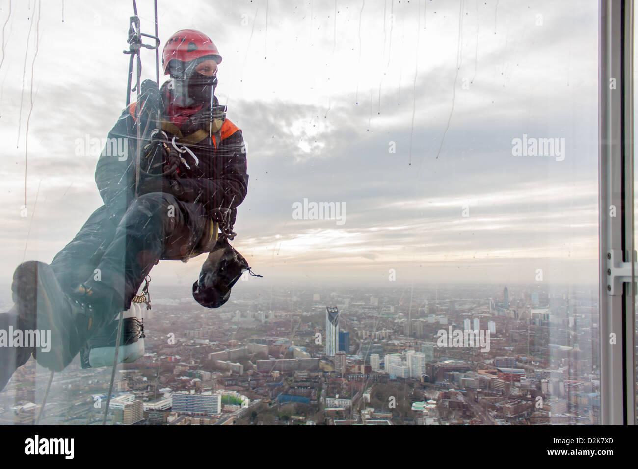 Ein Fensterputzer in Süd-London, von der Shard Stockbild