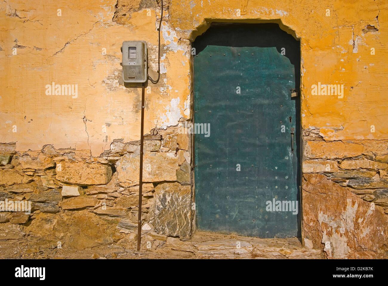 Alte Haustür in verwitterte Fassade (Griechenland) Stockbild