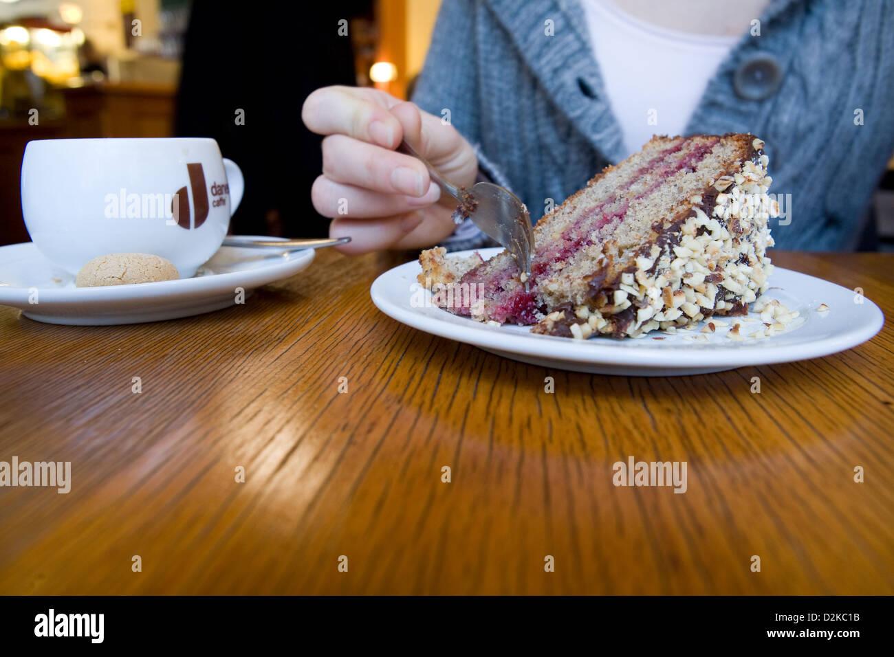 Berlin Deutschland Eine Frau Mit Kaffee Und Kuchen Stockfoto Bild