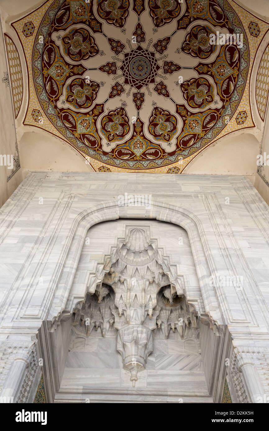 Muqarnas Tresor und bemalten Kuppel in den Arkaden rund um den Hof, Üç Sherefeli (drei Balkon) Moschee, Stockbild