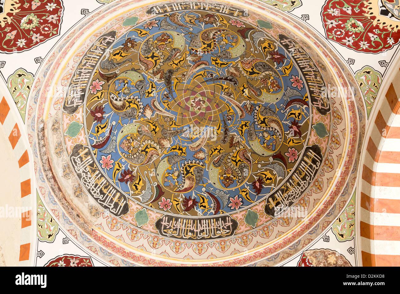 Detail der bemalten Kuppel in den Arkaden rund um den Hof, Üç Sherefeli (drei Balkon) Moschee, Edirne, Stockbild