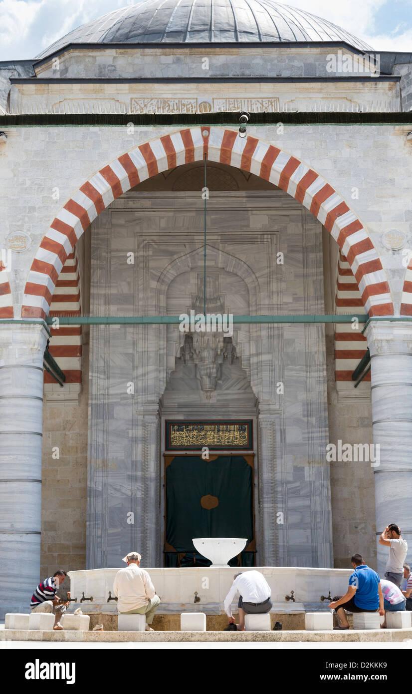 Blick Richtung Waschungen Springbrunnen, Üç Sherefeli (drei Balkon) Moschee, Edirne, Türkei Stockbild