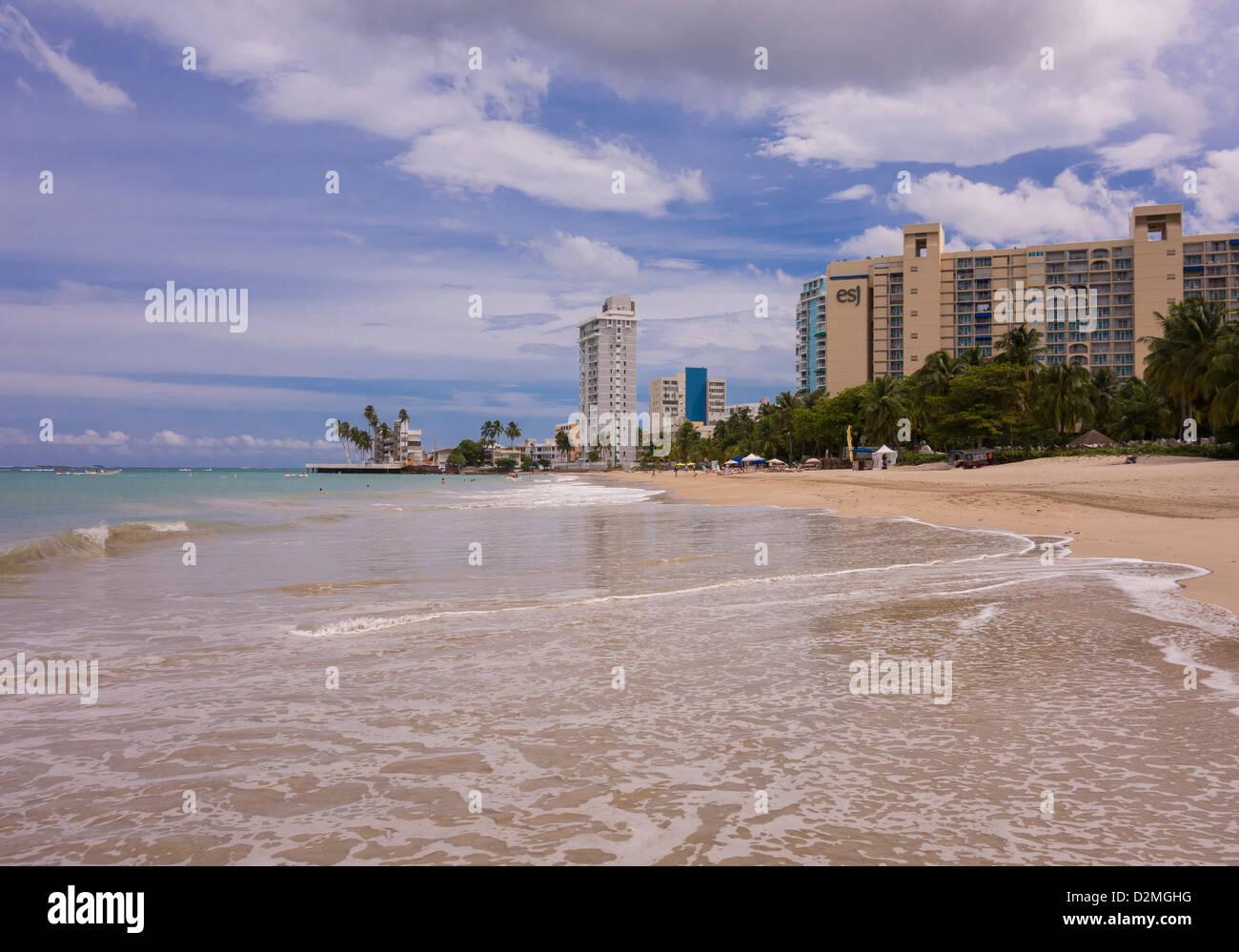 SAN JUAN, PUERTO RICO - Touristen am Strand von Isla Verde. Stockfoto