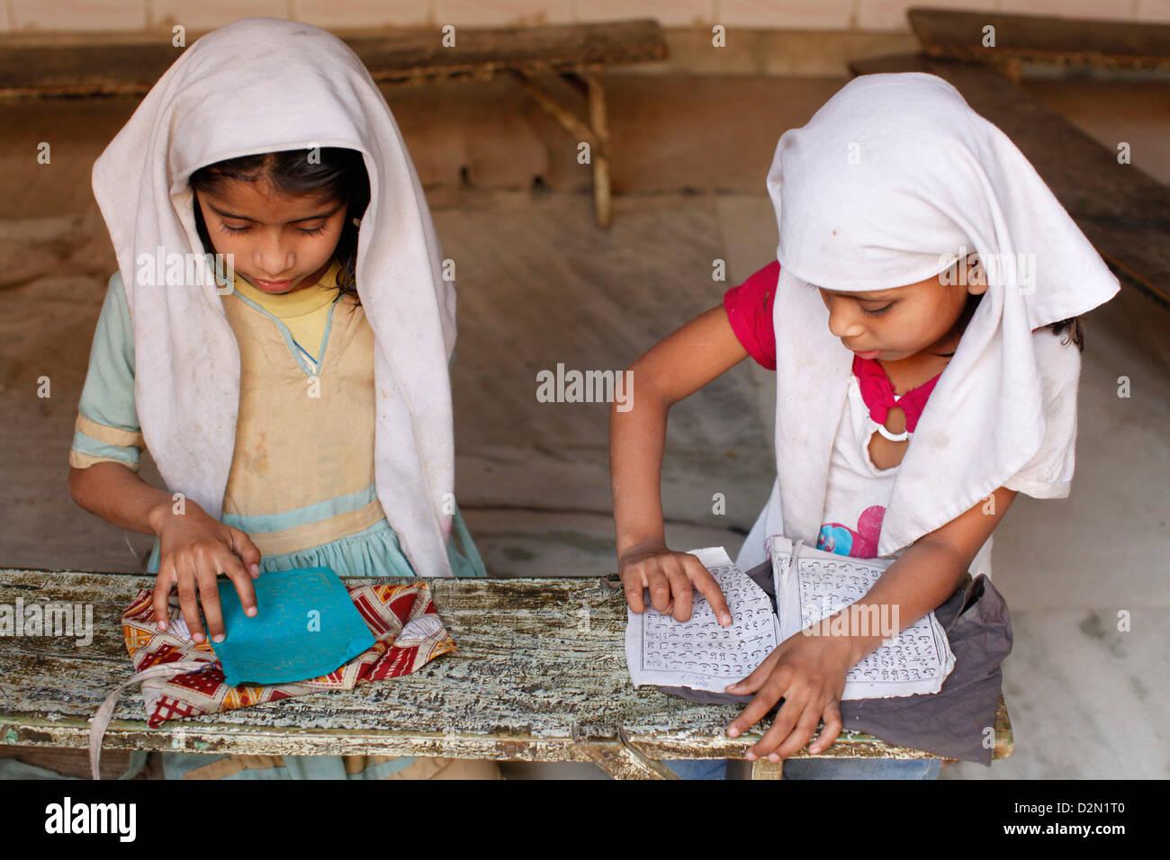Mädchen lernen Arabisch in einer Medersa (koranische Schule), Fatehpur Sikri, Uttar Pradesh, Indien, Asien Stockbild