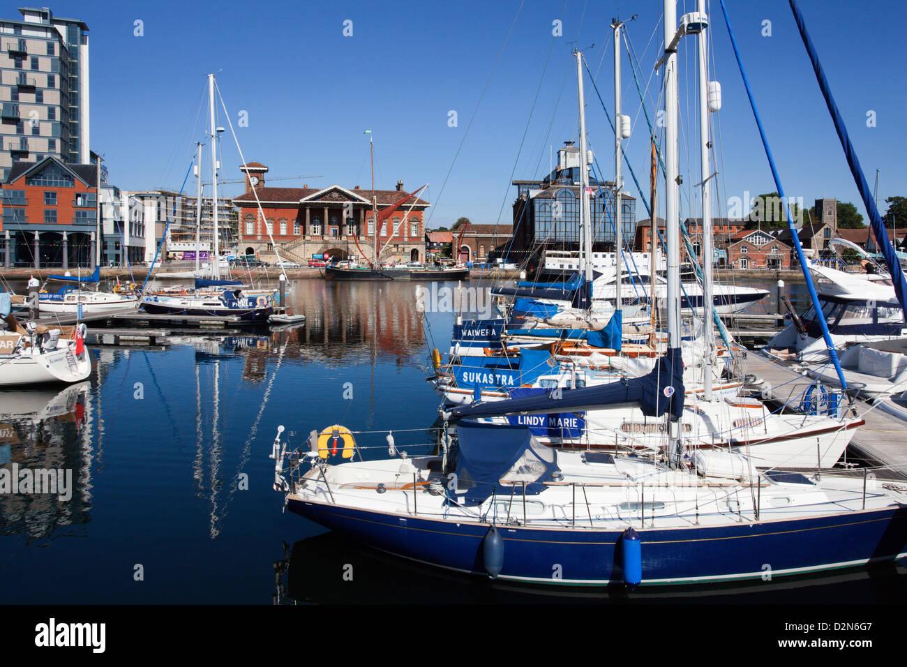 Yachten in Ipswich Haven Marina und das alte Zollhaus, Ipswich, Suffolk, England, Vereinigtes Königreich, Europa Stockbild