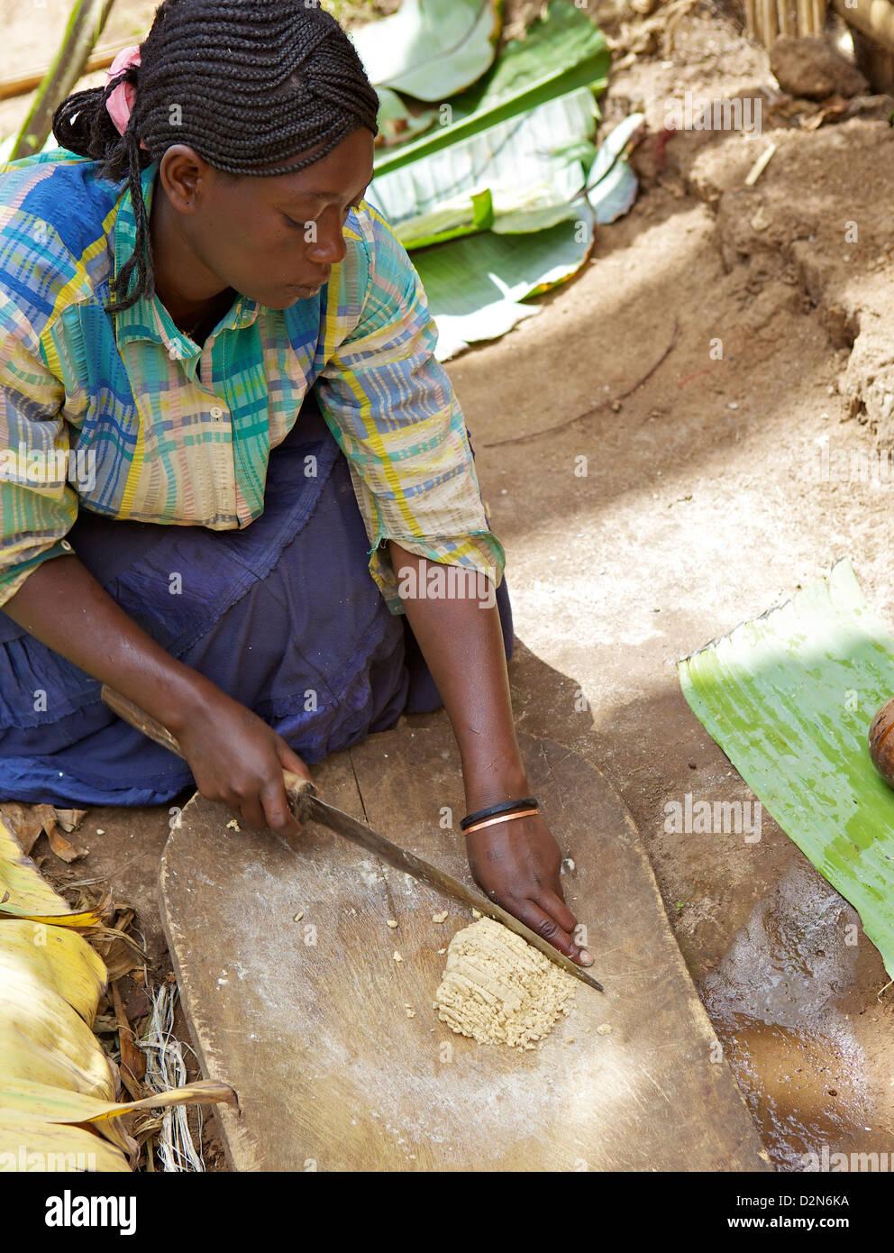 Lady hacken falschen Banane Chencha, Dorze, Äthiopien, Afrika Stockbild