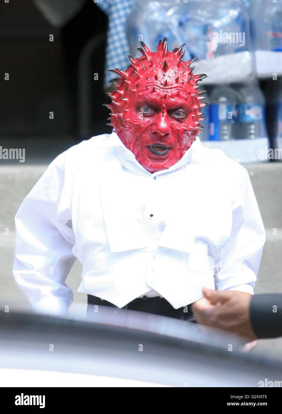 Schauspieler Jimmy Vee am Set als die stacheligen rote Alien ...