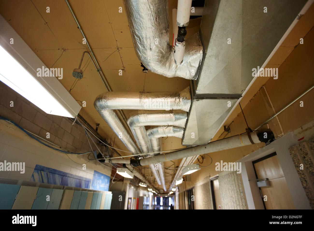 isolierte Heizungs- und Lüftungsanlagen Leitungen High School Kanada Nordamerika ausgesetzt Stockbild