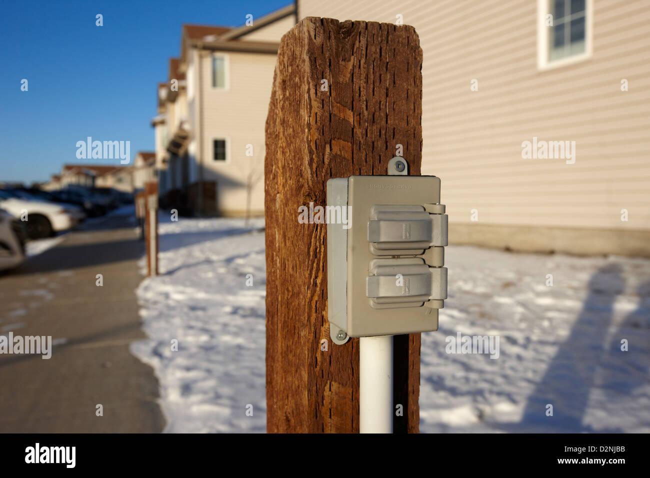 Stromanschluss für Motorblock Heizungen in Wohn Parkplatz außerhalb Häuser in Saskatoon Saskatchewan Stockbild