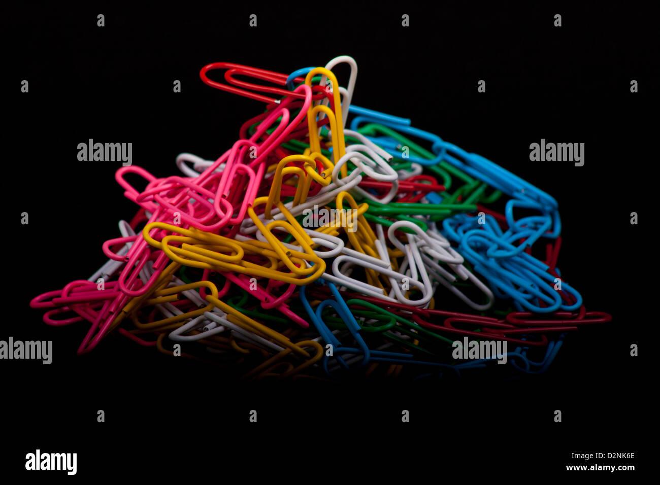 Foto von Colorfull Büroklammern auf schwarzem Hintergrund Stockbild